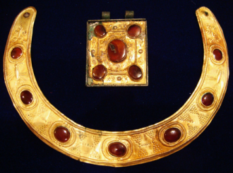 440px-Samartian-Persian_necklace_and_amulet